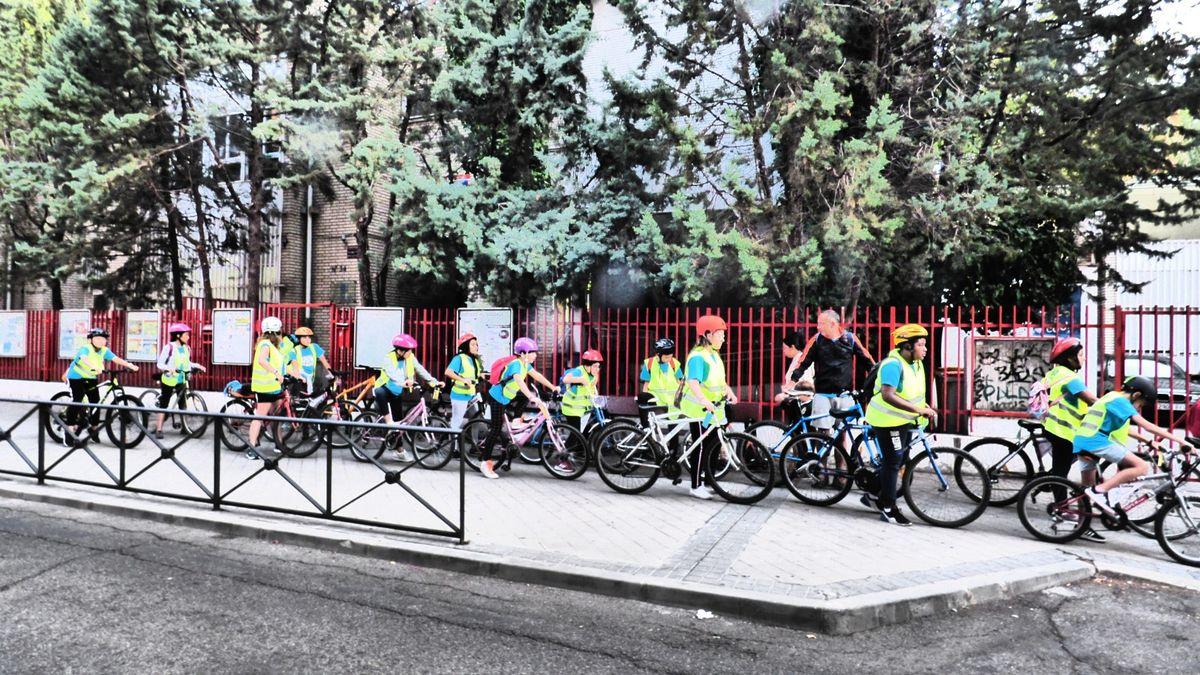 Foto del bicibus llegando al colegio Ignacio Zuloaga